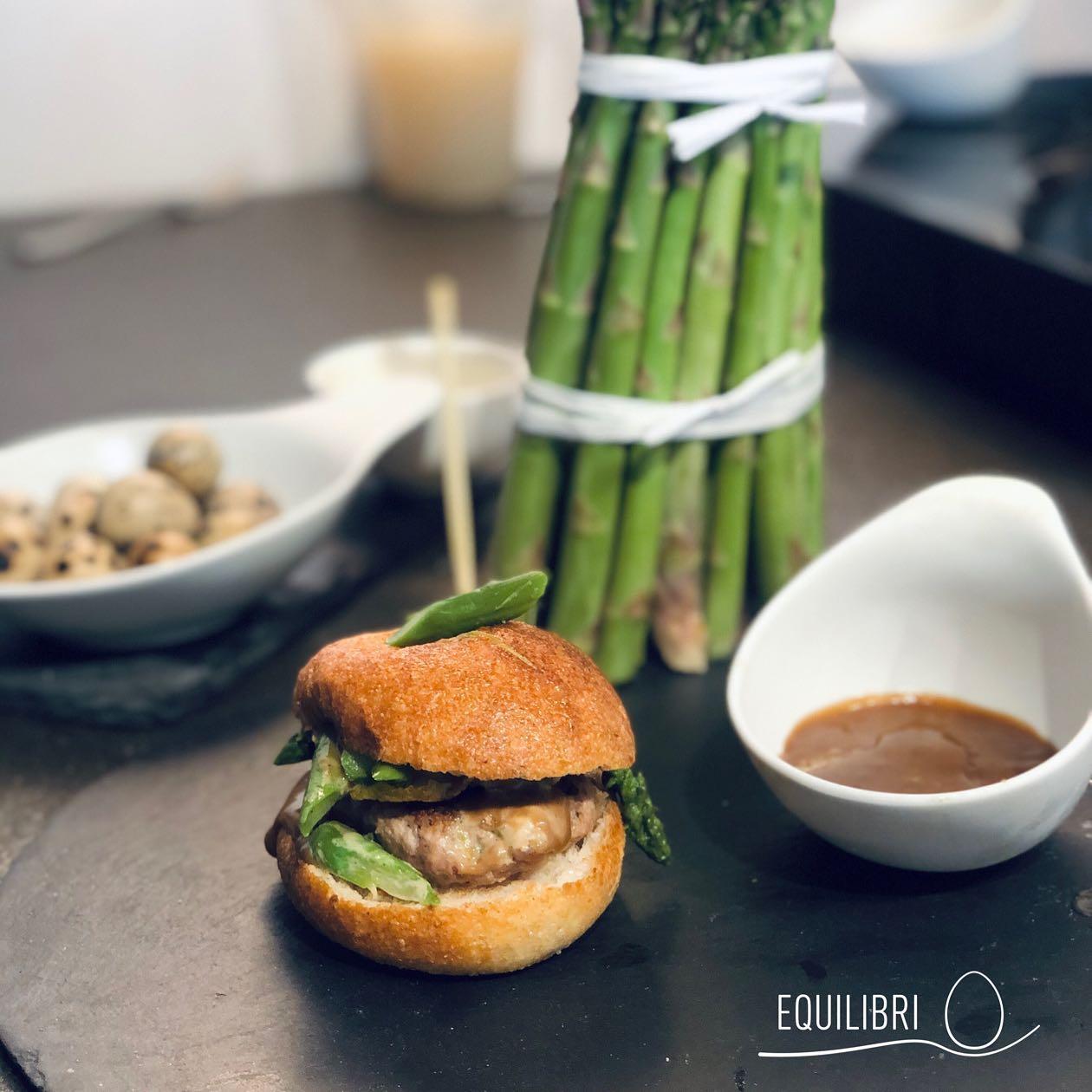 panino-pomodoro-hamburgher-fassona-asparagi-ovetti-quaglia-salsa-balsamico